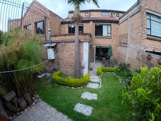 Un gran edificio de ladrillo con un gran jardín en Linda Casa Vendo En Conjunto Cerrado En Gratamira