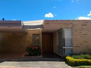 Una casa con una planta en maceta a un lado en Casa en venta en Casco Urbano Chía de 2 habitaciones
