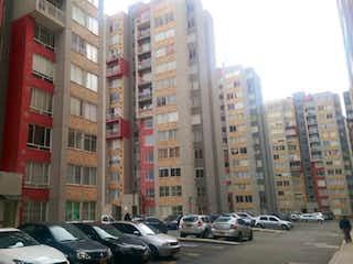 Una fila de coches estacionados en una calle de la ciudad en Apartamento en venta en Valladolid, 44m²