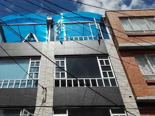 Un edificio con un reloj en el costado en Casa en venta en Favidi de 4 habitaciones