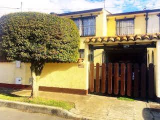 Una casa que tiene un árbol delante de ella en Casa en venta en Villa Del Prado de 3 habitaciones