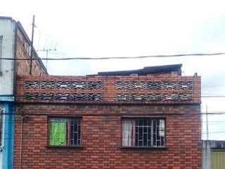 Un edificio de ladrillo rojo con una puerta roja en Las Ferias, Lote en venta de 554m²
