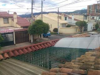 Una vista de una calle con un edificio en el fondo en VENDO CASA VILLA DEL PRADO, BOGOTA
