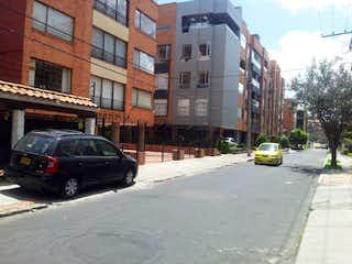 Un coche está conduciendo por una calle de la ciudad en Casa en venta en Barrio Teusaquillo 285m² con Jardín...
