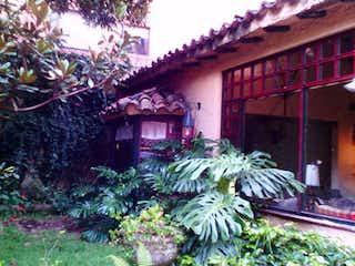 Una planta delante de una casa en VENDO CASA ESTILO COLONIAL EN LA CAROLINA