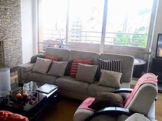 Una sala de estar llena de muebles y una chimenea en Penthouse Mazuren, venta en Barrio Colina Campestre 150m² con Gimnasio...