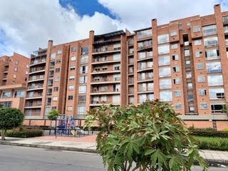 Un edificio alto con una planta delante de él en Apartamento en venta en Lago Timiza con Zonas húmedas...