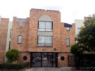 Un edificio de ladrillo con un reloj en el lado en VENDO CASA EN SAN CIPRIANO, LOS ELICEOS