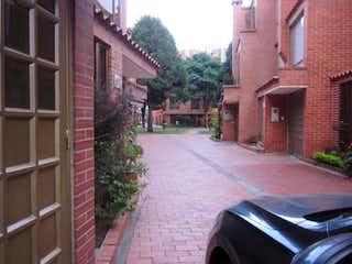 Un edificio de ladrillo con un edificio de ladrillo rojo en VENDO CASA,  PRADOS DE LA SABANA,170