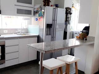 Una cocina con fregadero y nevera en VENDO APARTAMENTO,CEDRITOS