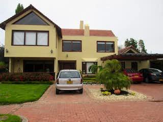 Un coche estacionado delante de una casa en Vendo/Arriendo Casa Campestre en Sopó (Sector los Clubes)