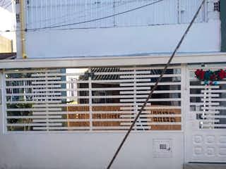 Un cierre de una señal de calle delante de un edificio en VENTA CASA BOSA PIAMONTE
