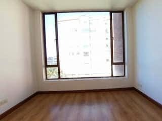 Una habitación que tiene una ventana en ella en Apartamento en venta en Santa Helena, 89m²
