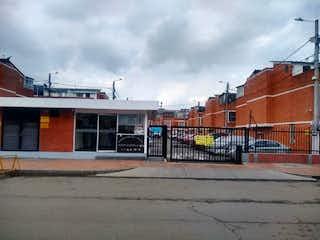 Un gran edificio con un montón de coches estacionados en Casa En Venta En Bogota Nueva Castilla