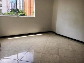 Un baño con suelo de baldosa y una ventana en Apartamento en venta en Loma De Los Bernal de 2 alcoba