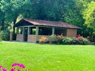 Un jardín se muestra con flores en él en Finca San Jeronimo, Casa en venta en Loma Hermosa 256m² con Piscina...