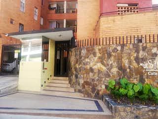Un edificio con un reloj en el costado en Apartamento en venta en Primavera de 3 alcoba
