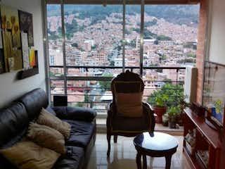 Una sala de estar llena de muebles y una gran ventana en Apartamento en venta en Niquía, de 70mtrs2