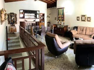 Una sala de estar llena de muebles y una ventana en Casa en venta en Los Colores, de 243mtrs2