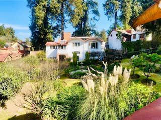 Una casa que tiene muchos árboles en ella en OPORTUNIDAD UNICA EN PRECIO CASA MÁS 4 DEPARTAMENTOS Y AMPLIO JARDÍN