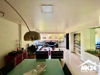 Una sala de estar llena de muebles y una televisión de pantalla plana en MAGNÍFICO DEPARTAMENTO EN $6,400,000M.N A DOS CUADRAS DEL PARQUE LINCOLN POLANCO