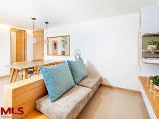 Una sala de estar con un sofá y una mesa en Sendero Fresco