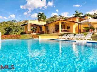 Una piscina que está frente a una casa en No aplica