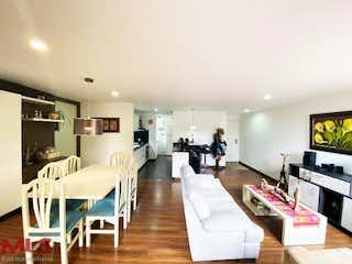 Una sala de estar llena de muebles y una televisión de pantalla plana en Portal Del Valle