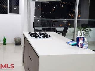 Un refrigerador congelador blanco sentado en una cocina en Verde Vivo