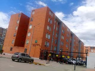 Un coche estacionado delante de un edificio en Apartamento En Venta En Bogota San Antonio