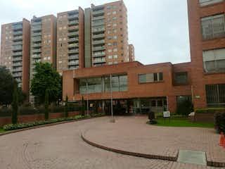 Un gran edificio con un gran edificio en el fondo en Apartamento En Venta En Bogota Mazurén