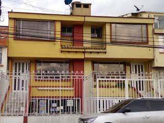 Un coche estacionado delante de un edificio en Casa En Venta En Bogotá Normandia