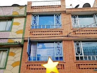Un edificio que tiene un reloj en él en Casa En Venta En Bogota Alamos Norte