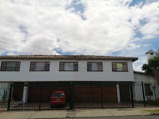 Un edificio con un reloj encima en Casa En Venta En Bogota Niza