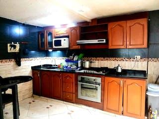 Una cocina con armarios de madera y un horno de cocina en Casa En Venta En Bogota Bavaria