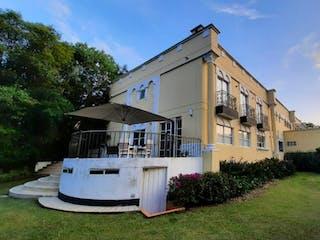 Un edificio blanco con un reloj en el costado en Venta CASA cerca al Tesoro, amplios espacios, oportunidad.
