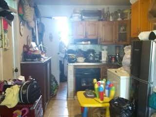 Una cocina llena de mucho desorden y desorden en CORALES 1