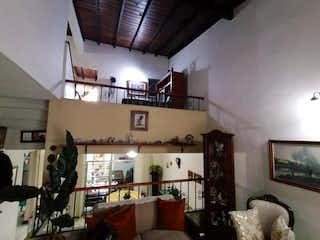 Una sala de estar llena de muebles y una televisión de pantalla plana en venta casa lote unifamilar belen san bernardo medellin