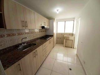 Una cocina con un fregadero y un horno de cocina en Apartamento en venta en Cabecera San Antonio de Prado, de 83mtrs2