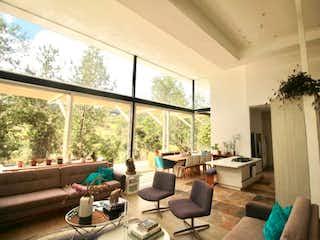 Una sala de estar llena de muebles y una ventana en VENDO HERMOSO CASA EN EL ESCOBERO EN PARCELACIN