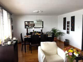 Una sala de estar llena de muebles y una televisión de pantalla plana en Apartamento En Venta En Bogotá Nicolás De Federmán
