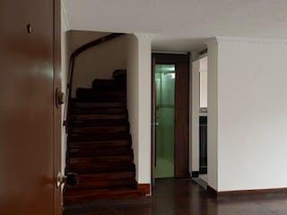 Un pasillo con una puerta y un refrigerador en Apartamento en venta en Niza Norte de tres habitaciones