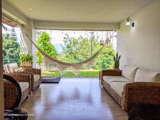 Una sala de estar llena de muebles y una gran ventana en Casa en venta en San Lucas de 274m²