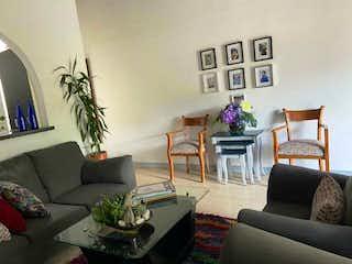 Una sala de estar llena de muebles y una planta en maceta en Apartamento en venta en Velódromo de tres habitaciones