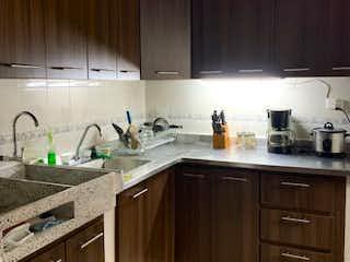 Una cocina con una estufa de fregadero y armarios en Se vende casa en Belén la Gloria
