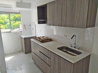 Un cuarto de baño con lavabo y un espejo en Apartamento en venta en San Juan de tres habitaciones