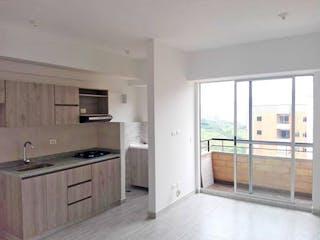 Una cocina con nevera y fregadero en Apartamento en venta en Norteamérica de dos habitaciones