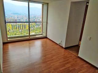 Una vista de una sala de estar con una puerta corredera de cristal en Apartamento en venta en Calasanz de tres alcobas