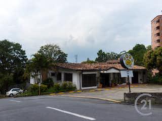 Un edificio con un reloj en el costado en 104719 - Se Vende Casa independiete en el Poblado para uso Comercial