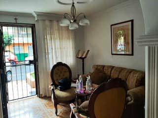 Una sala de estar llena de muebles y una ventana en Casa en venta en El Dorado de 140mts